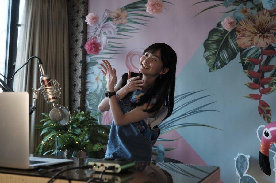 詹宛儒飾演的糖糖直播中