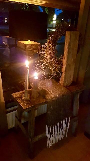 Krukje en lamp vensterbank landelijk wonen