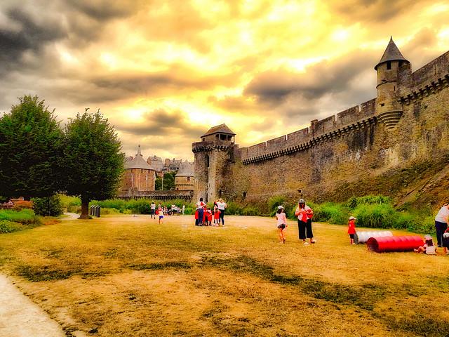 Jeux d'enfants au pied du château de Fougères.
