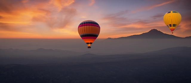 Kapadokya'da Erciyes Dağı ve Balonlar