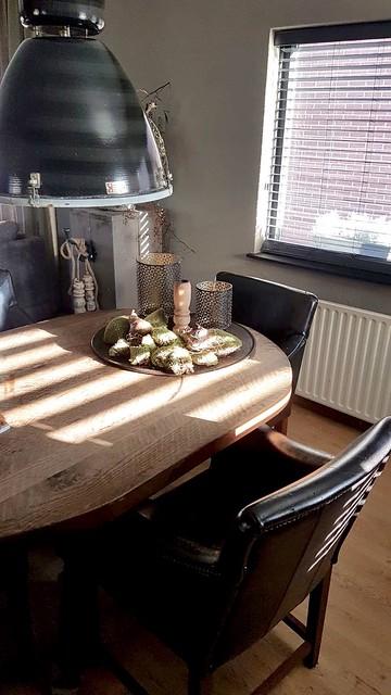 Ronde eettafel met leren stoelen