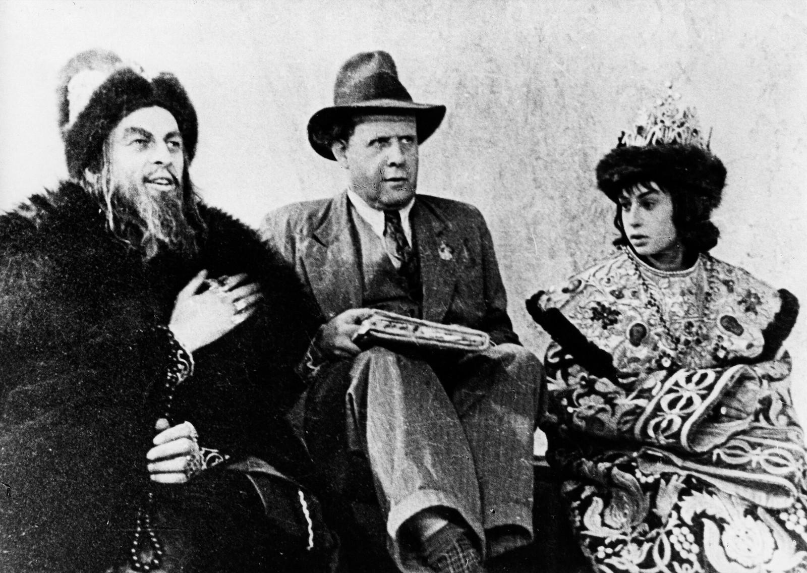 1942. Актер Н. Черкасов в роли Ивана Грозного с Сергеем Эйзенштейном