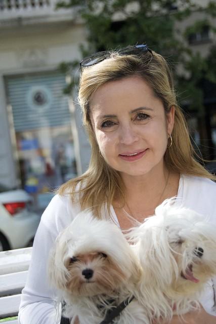Ana feliç amb els seus gossets a l'avinguda Pau Casals, Barcelona.