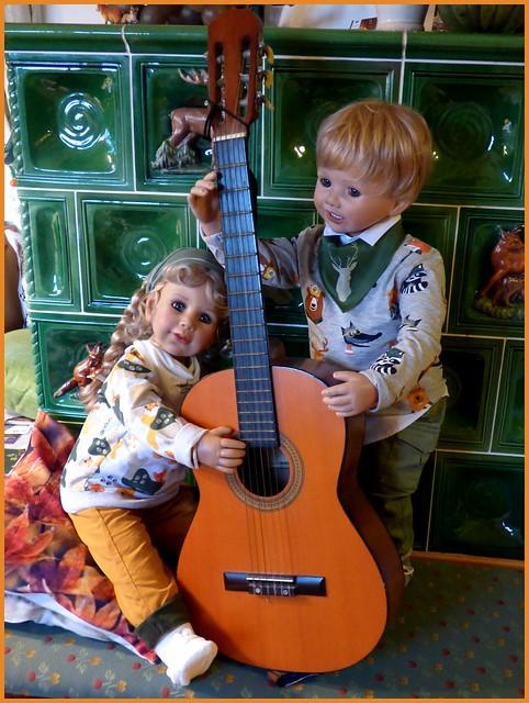 Zwei Kinder mit dem Kontrabass☺ / Two children with the double bass ☺