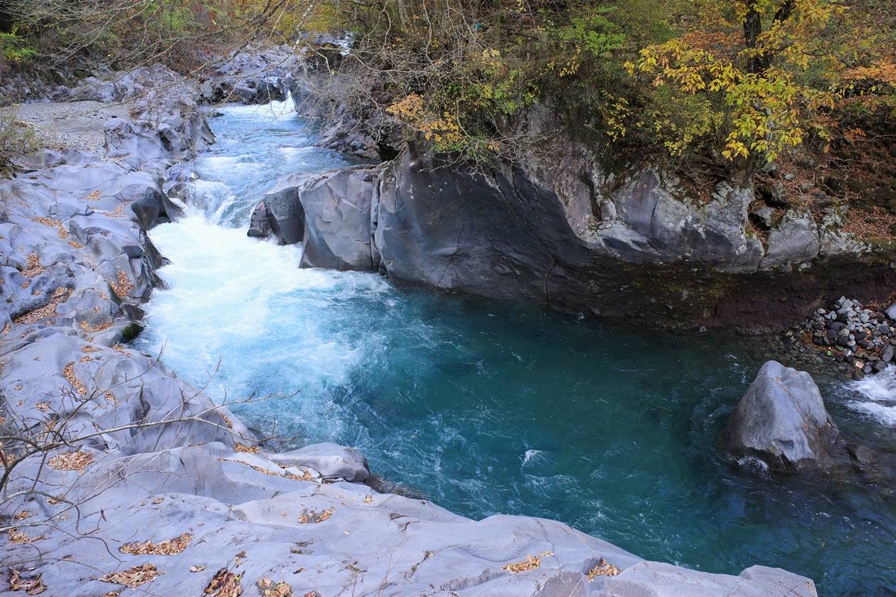 憾満ヶ淵の美しい川の水