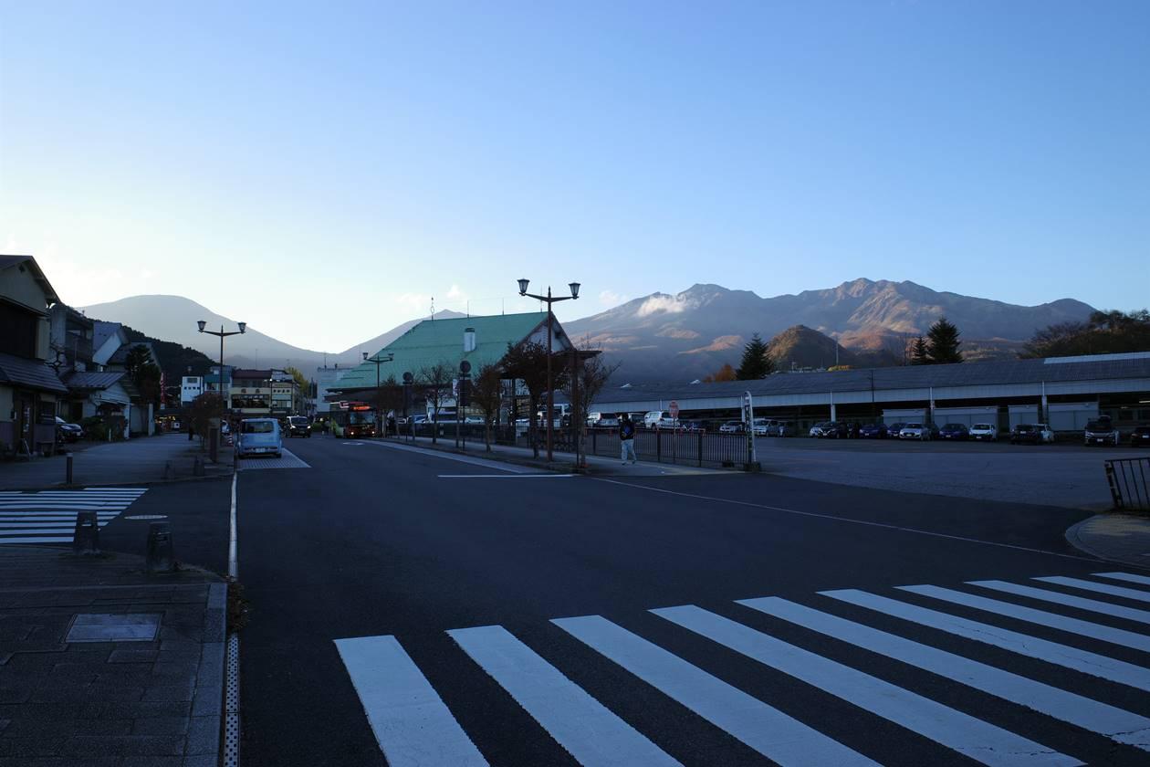 東武日光駅から眺める夕暮れ時の日光連山