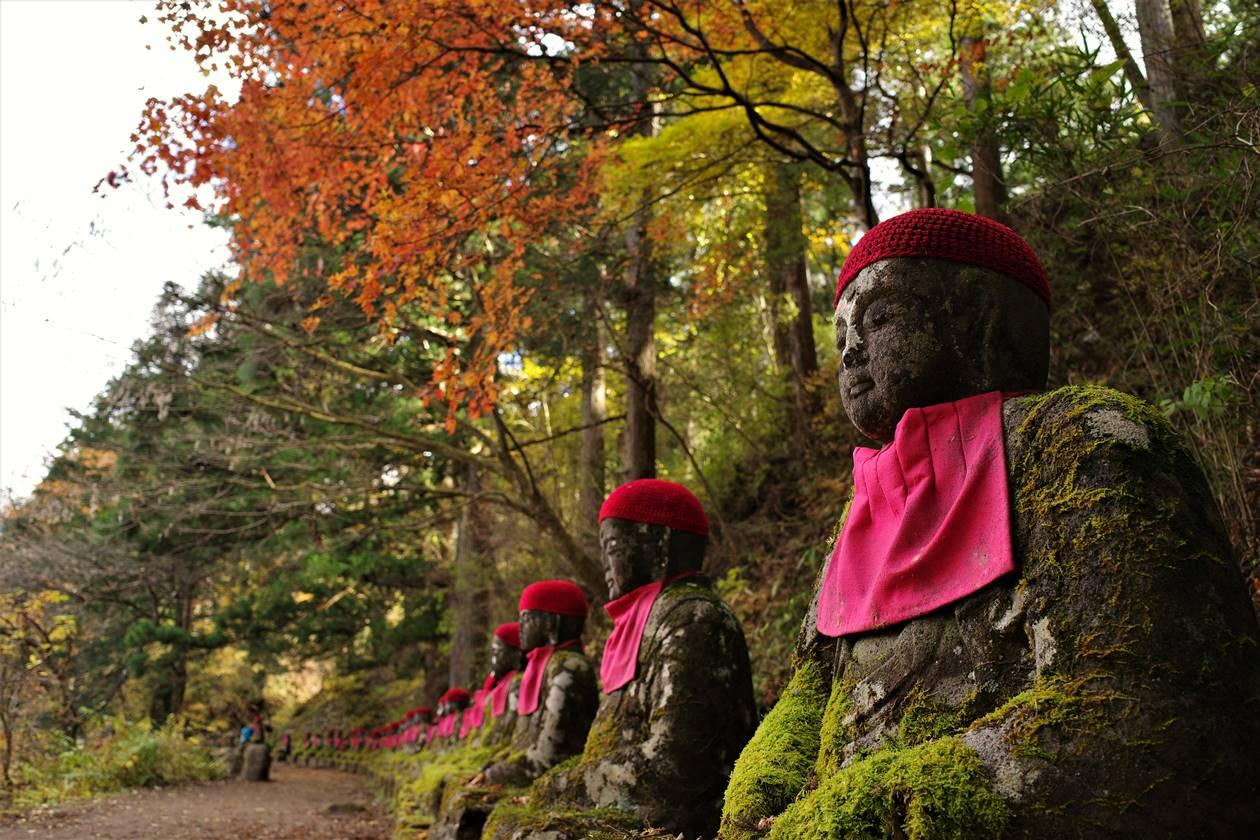 紅葉と並び地蔵