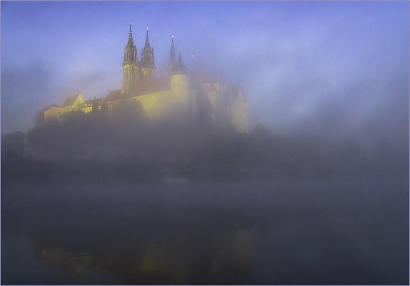 die Albrechtsburg im Nebel