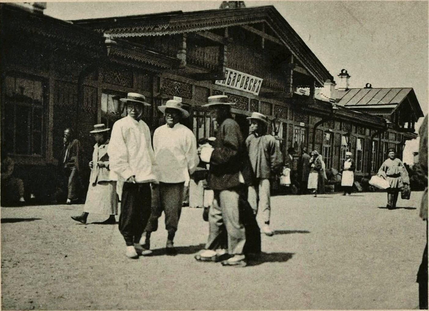 23. Китайцы на перроне железнодорожного вокзала. 1897