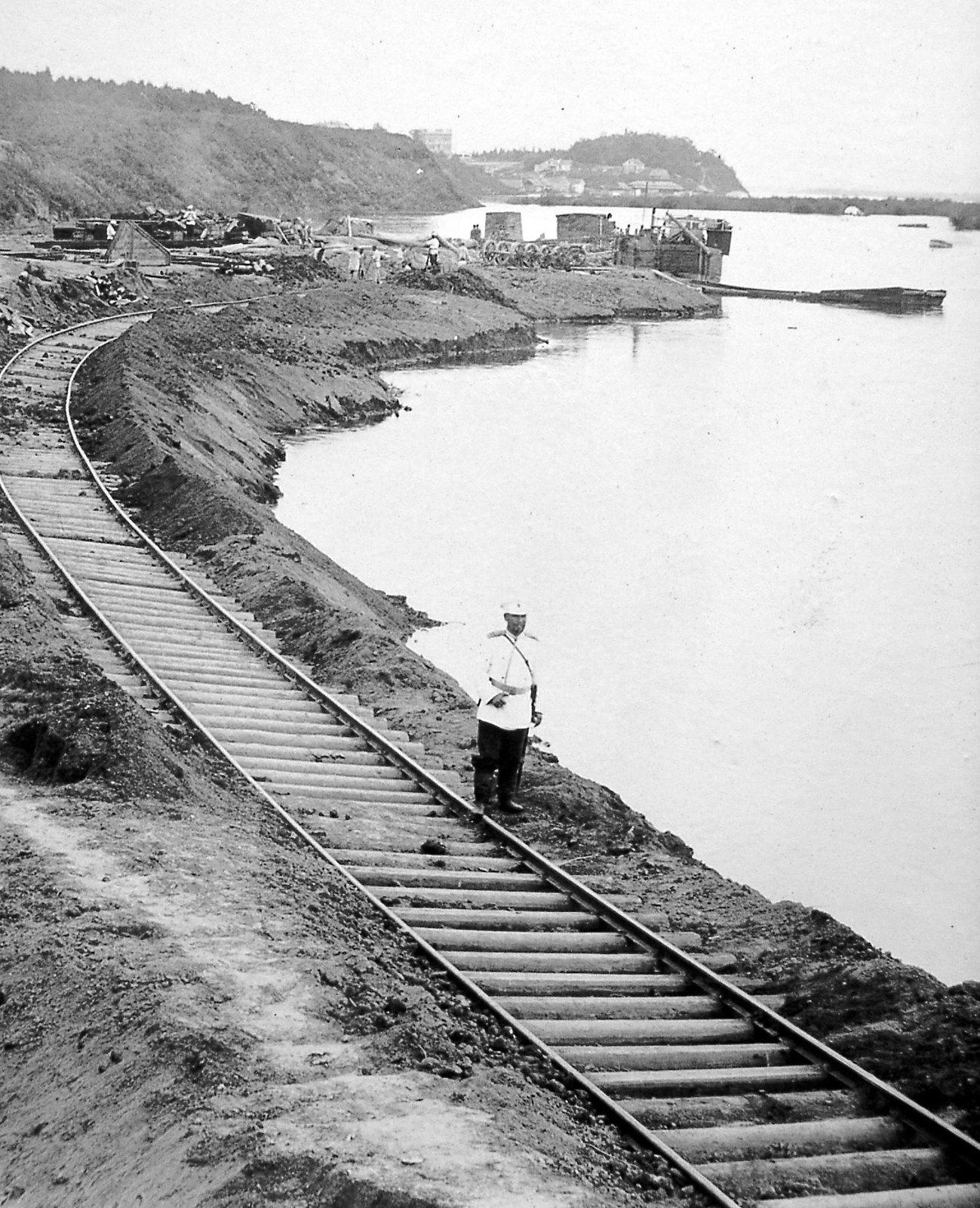 09. Железная дорога в порту. 1896