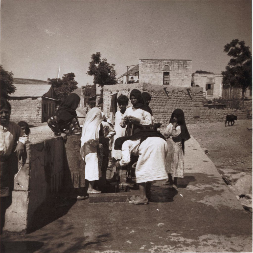 25. 28 июля. Женщины у деревенского фонтана,