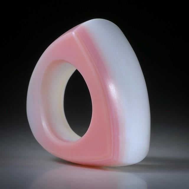 Fingerring aus einer Meeresschnecke (strombus gigas), Tafelring poliert, Aussenmasse 36x33x21mm, Innendurchmesser 19mm,