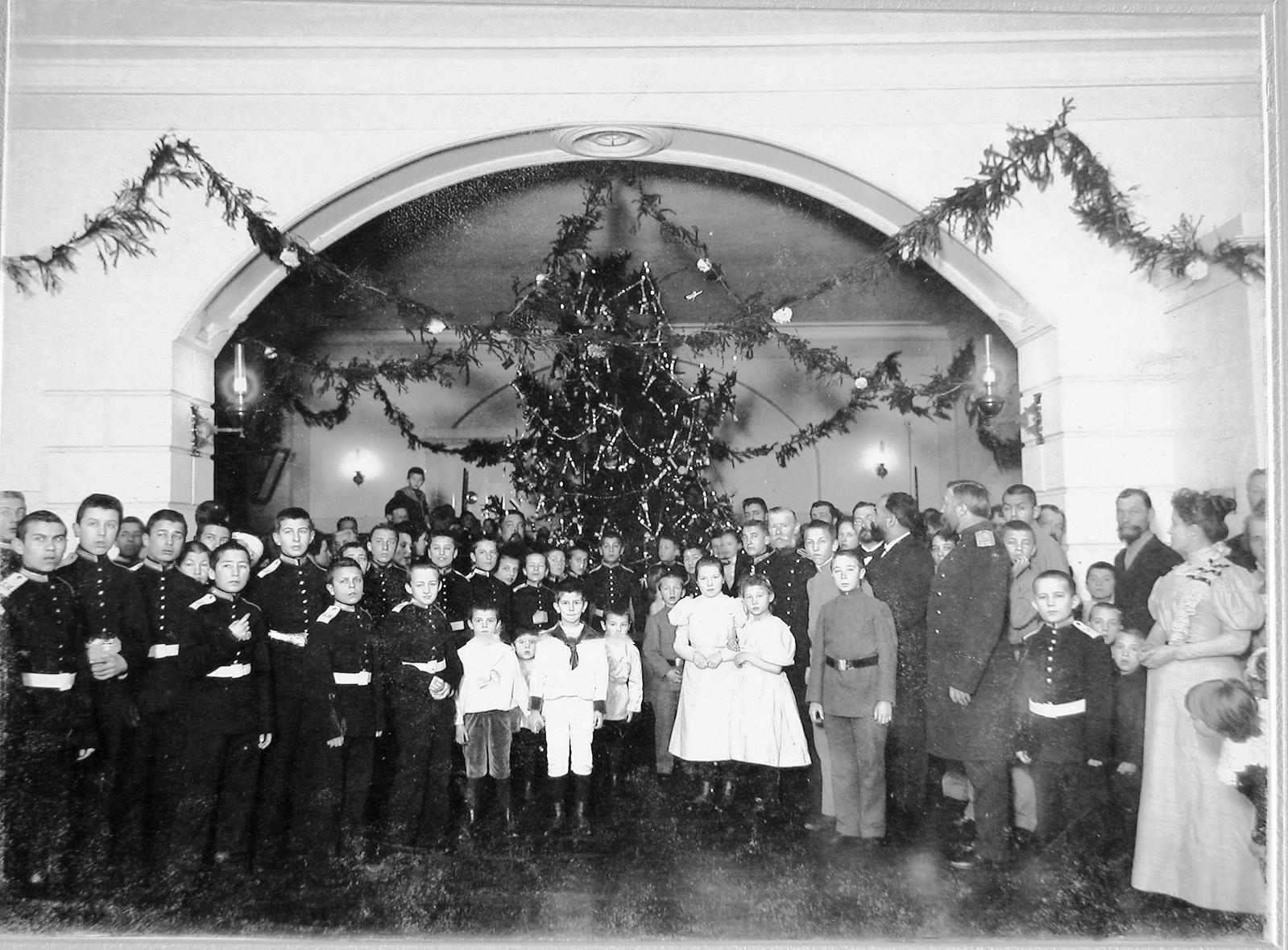 24. Преподаватели, воспитанники 3 кадетского корпуса и их гости в зале у рождественской ёлки. 1900-е.