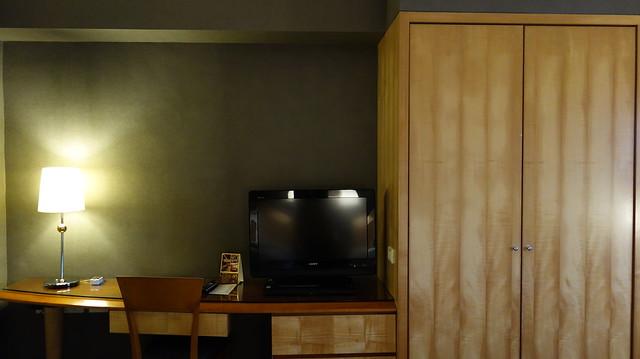 從床上往前拍,有桌子與大衣櫃@高雄國賓大飯店