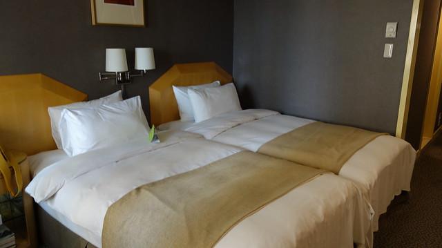 開心果的房型是一大床,把中間的床頭櫃移開、兩床推在一起