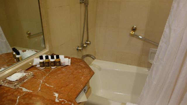 浴缸在廁所的另一頭@高雄國賓大飯店