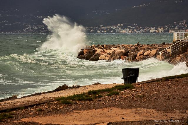 Razbijanje valova o stijene i obalu - kod Vile Nore