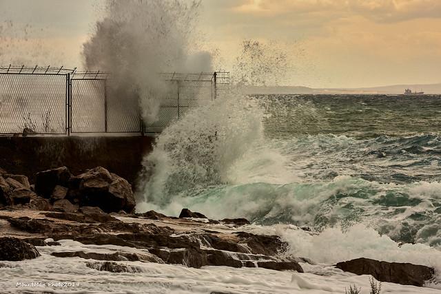 Razbijanje valova o stijene i obalu - kod Vile Nore (2)