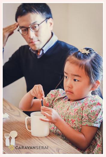 カフェでくつろぐ親子(パパと娘)