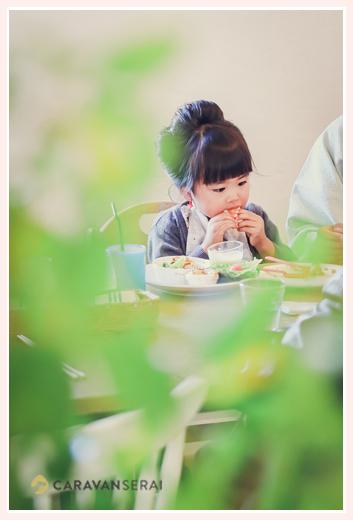 カフェ「マリメロ」でランチのパンを食べる女の子 愛知県尾張旭市