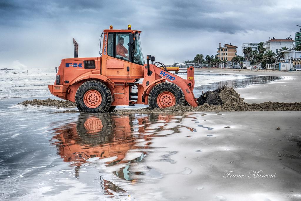 xf16-80mm f4 r ois wrの作例 レビュー レンズキット ブログ 浜辺でトラクターの画像