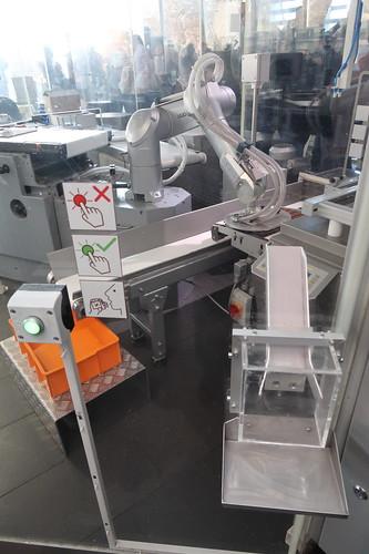 Knopf zur Anforderung eines kleinen Stücks Lindt Schokolade vom Roboter in der Produktionsstraße
