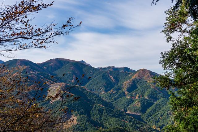 武川岳から武甲山の山頂がわずかに見える