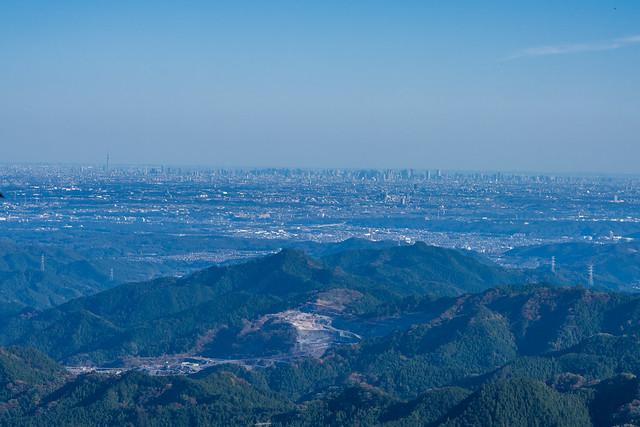 伊豆ヶ岳からの眺め・・・手前は吾野の採掘場