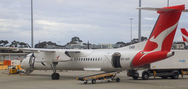 VH-QOY   QantasLink   De Havilland Canada Dash 8-400   Melbourne International Airport   (MEL/YMML)