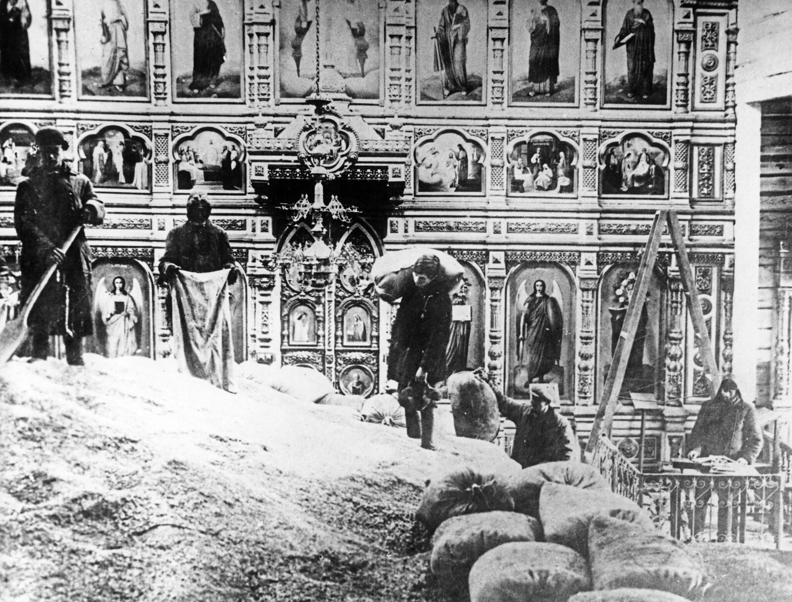 1930-е. Закрытая церковь, используемая для хранения зерна в России