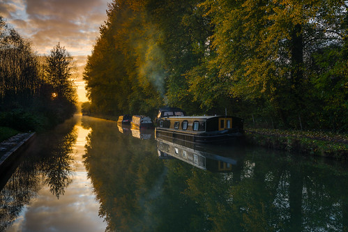 kennetandavon canalboats canals canalpaths sunrise wetreflections mirrorimage