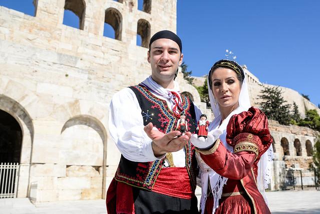 Φωτογράφηση της λευκαδίτικης παραδοσιακής γαμπριάτικης και νυφιάτικης φορεσιάς σε τοπόσημα της Αθήνας