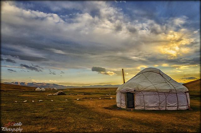 Yurtas en el lago Song Kul