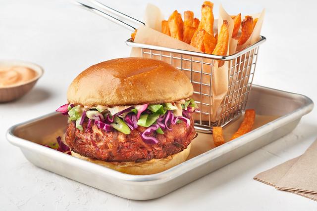 Smoky_Pulled_Pork_Jackfruit_Burger
