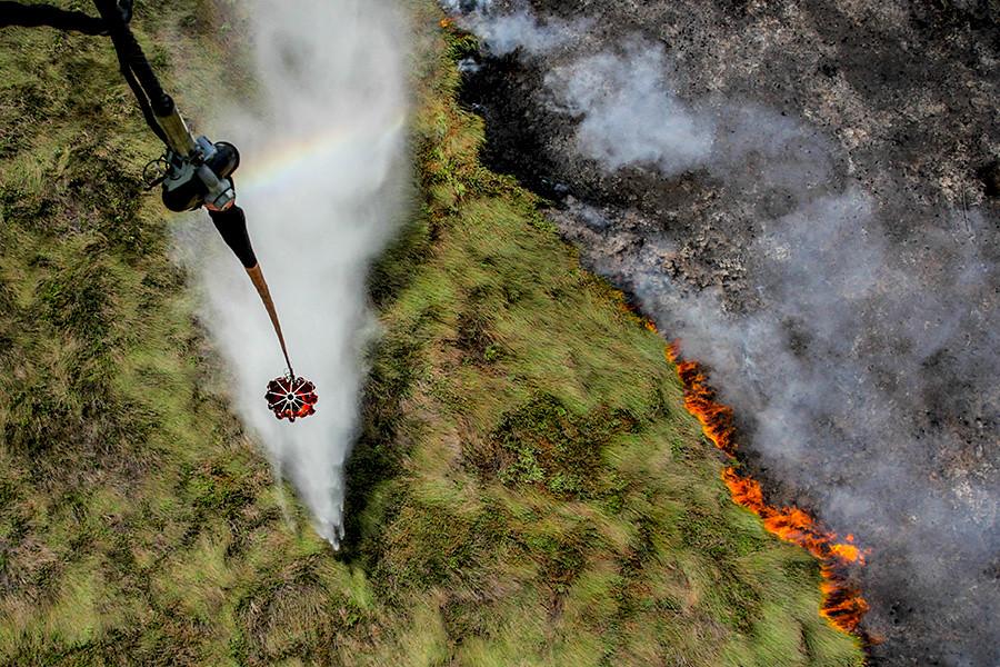 一架特殊配備直升機往Cengal區燃燒中的泥炭地空投水彈