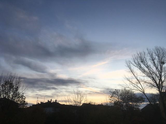 Dienstagmorgenhimmel 19.11.2019. 7:35 Uhr. Ein kaltes Glühen. Tuesday morning sky: a cold glow.