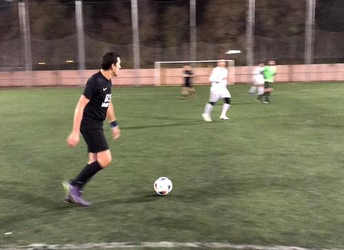 Rodrigo Arce conduce el balón