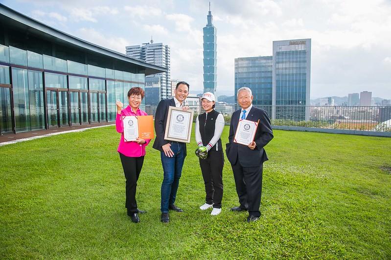 「台灣大哥大女子公開賽」獲頒一桿進洞金氏世界紀錄。(圖/台灣大提供)