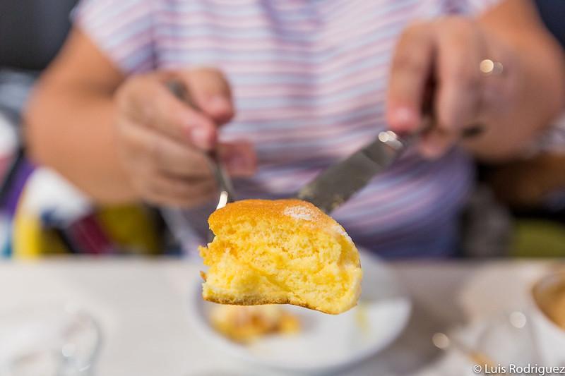 Corte de una de las tortitas de Shiawase no Pancake