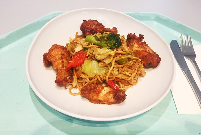 Fried mie noodles with asian chicken wings / Gebratene Mie-Nudeln mit asiatischen Chicken Wings