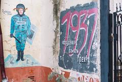 Боровск, 10 ноября 2019 годаПрямо за углом от памятника Николаю Федорову я увидел очень странное граффити «Чудачка-Соня». Молодая рыжеволосая женщина одетая в омоновскую форму  комично показывала зрителю свой язык при этом в руках у нее была тяжелая полицейская дубинка. Справа, на фоне кроваво-красных цифр 1937 (года массовых сталинский репрессий) можно прочесть надпись, которую дословно можно  перевести «Обрубание памяти - грех»  Оригинал см. по ссылке https://live.staticflickr.com/65535/49091284297_97c9ca06a5_o.jpg