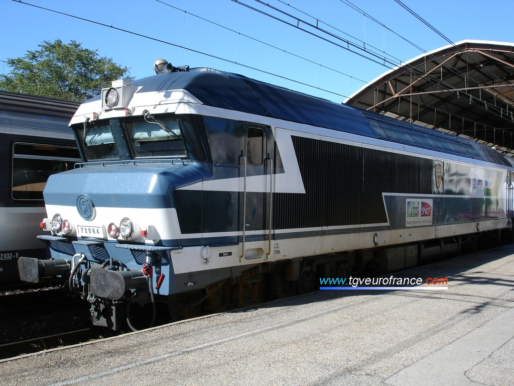 La fameuse locomotive CC72084 SNCF Arzens assurant la promotion de la Coupe du Monde de rugby 2007 en France