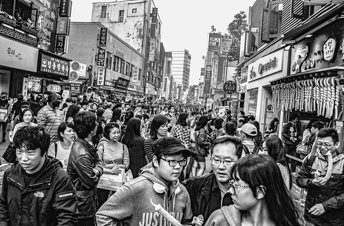 republicofkorea southkorea insadong neighbourhood urban street tourists koreans locals tradition crafts restaurants shopping crowded congested faces families bw topdownphoto cameraabovehead