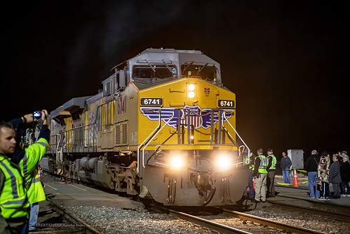 kansas ks coffeyville unionpacificrailroad unionpacific union pacific up railroad railway rail engine locomotive ge ac44cw train crew track railyard yard crowd people night