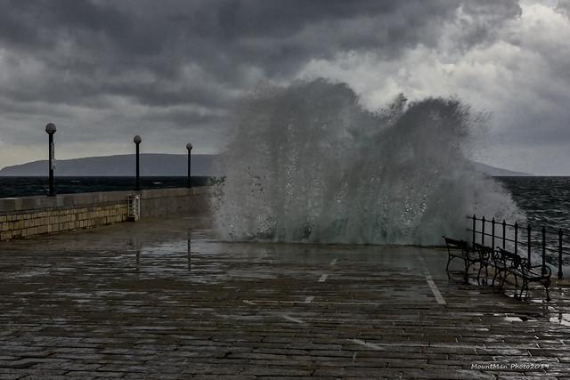 Razbijanje valova o stijene i obalu - u Lovranu
