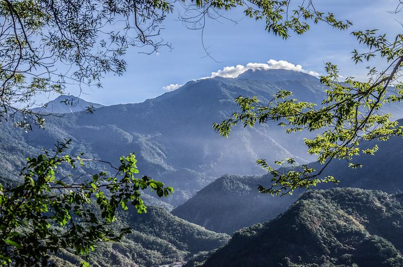 西良母嵐山稜線(H 1020 m)東望群山 2