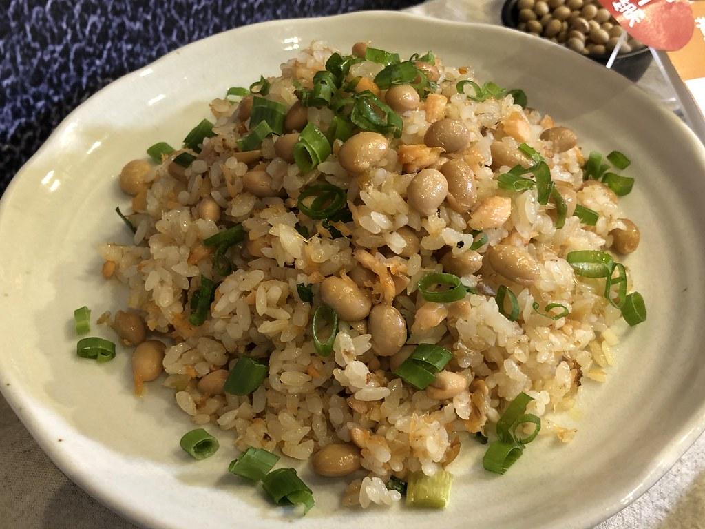 鮭魚黃豆炒飯。攝影:廖靜蕙