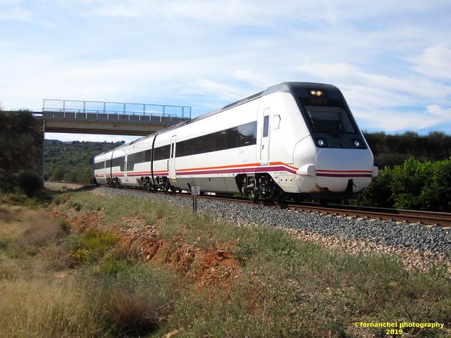 Tren de media distancia de Renfe (Regional Madrid-Valencia) a su paso por CHIVA (Valencia)