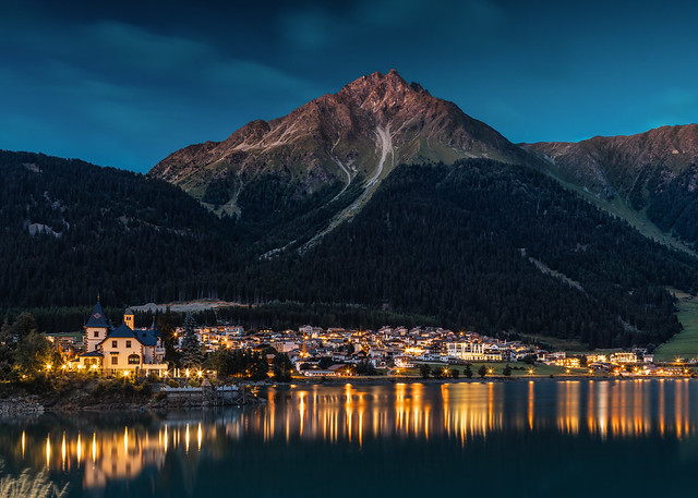 the night comes over Reschensee