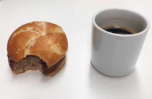 Fleischpflanzerl-Wecke & Kaffee